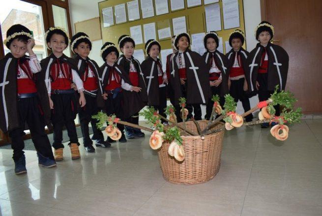 Коледарчета с поздрав към Общинска администрация